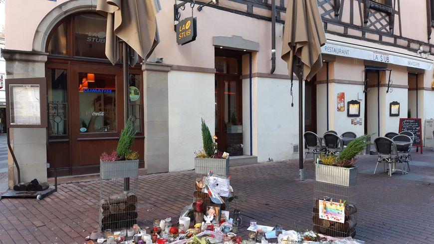 Le restaurant La Stub, rue du Saumon à Strasbourg, devant lequel l'une des victimes de Chérif Chekatt, a été abattue. Un mois après l'attentat (attentat le 11/12/2018), le mausolée pour les victimes.