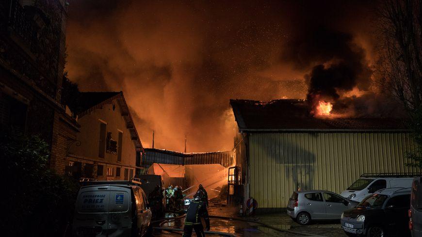 Un incendie s'est déclaré dans un entrepôt de Clamart dans les Hauts-de-Seine samedi 26 janvier au matin.