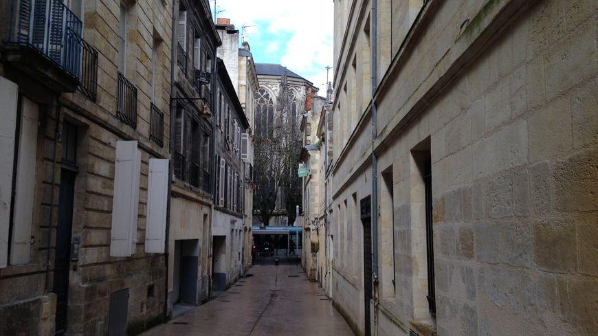 La rue des Palanques descend de la rue du Hâ vers la place Pey Berland à Bordeaux.