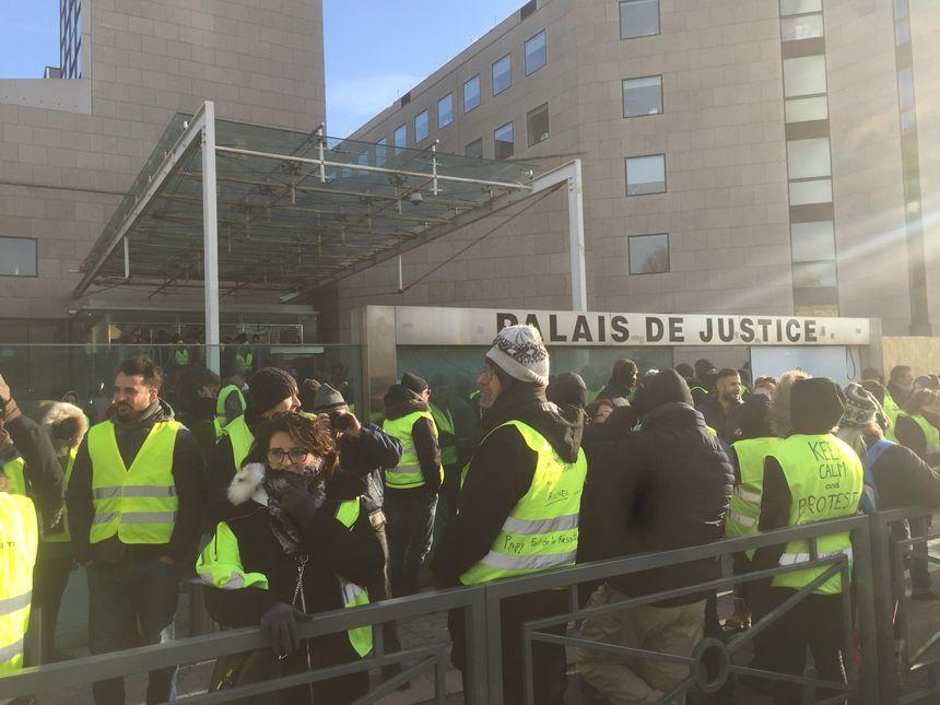 Les gilets jaunes devant le tribunal d'Avignon.