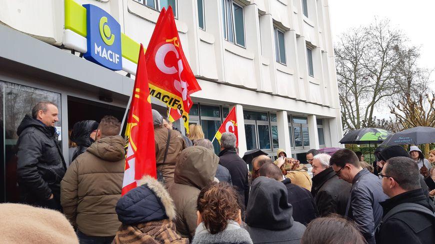 Les grévistes ont investi le bâtiment principal du siège de la Macif ce lundi matin