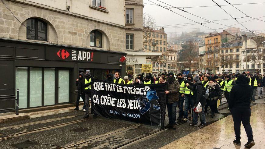 """Le départ de la manifestation des """"gilets jaunes"""" à Saint-Etienne"""