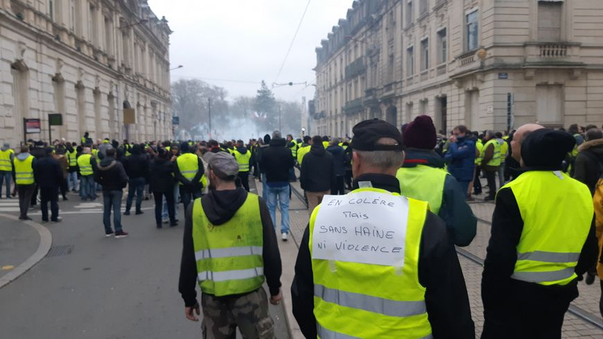 La police a utilisé un grand nombre de grenades lacrymogènes devant la préfecture de la Sarthe, en fin de manifestation des gilets jaunes, samedi 12 janvier 2019 au Mans.