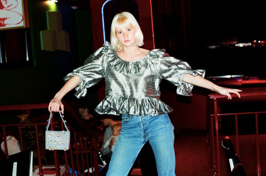 Les vêtements (comme cette blouse) sont conçus uniquement avec des chutes de tissus récupérés dans des grandes maisons de mode.