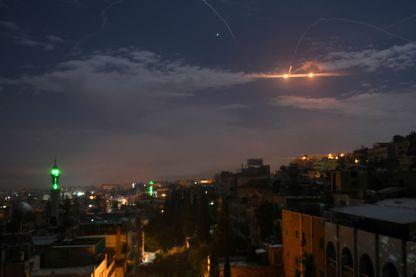 Le ciel de Damas s'illumine avec les tirs de la défense anti-aérienne syrienne contre les tirs de missiles de l'aviation israélienne, dans la nuit de dimanche à lundi.