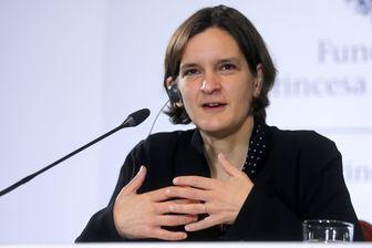 Esther Duflo, économiste française, professeure au Massachusetts Institute of Technology s'exprime lors d'une conférence de presse à Oviedo, en Espagne, le 22 octobre 2015.