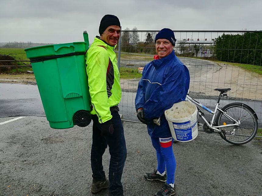 Les volontaires ont redoublé d'imagination pour ramasser les déchets le long des routes