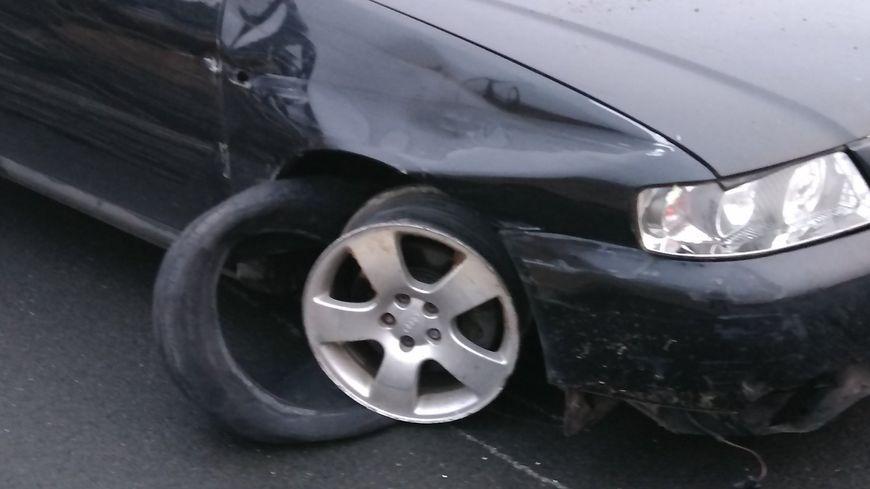 Le jeune homme de 23 ans essayé de conduire sur la jante droite de sa voiture.