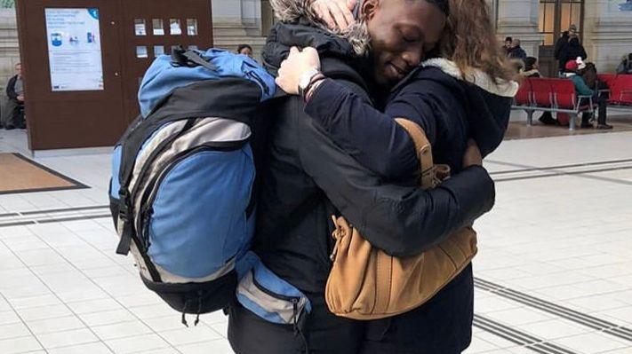 Après l'annonce, Mody est tombé dans les bras de la mère de famille qui s'est mobilisée pour lui.