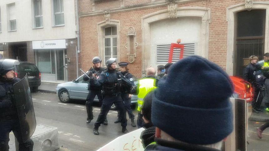 """Affrontements police/manifestants pendant l'acte XI des """"gilets jaunes"""" à Amiens."""
