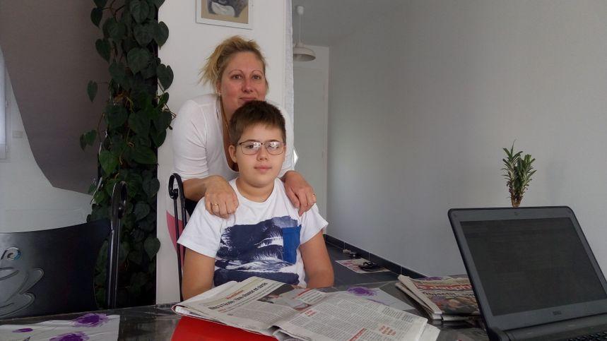 Nino et sa maman Caroline, dans la maison familiale près de Montélimar.