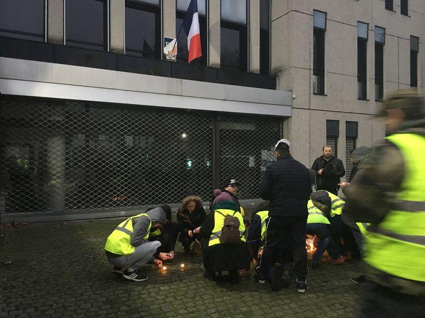 Quelques bougies ont été allumés à l'enrtrée du commisariat de police de Besançon
