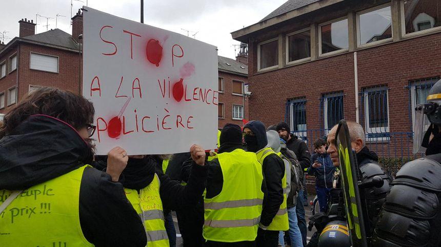 """Acte XI des """"gilets jaunes"""" à Amiens. Rassemblement devant l'hôtel de Police, en protestation contre les violences policières."""