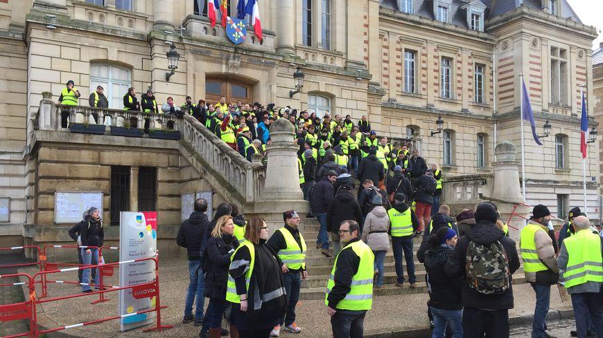 A Evreux, les gilets jaunes sont près d'une centaine devant l'hôtel de ville pour l'acte 11.