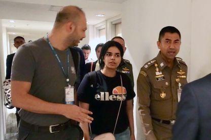 Rahaf Mohammed Al-Qunu, escortée par un membre du HCR, le 7 janvier 2019 à l'aéroport de Bangkok