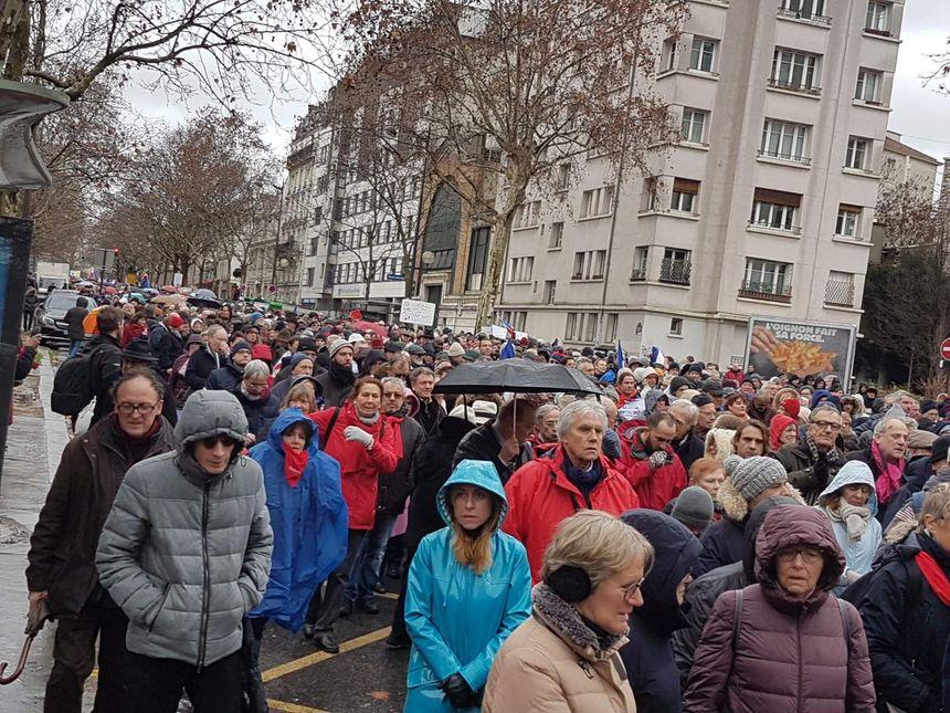 """Des """"foulards rouges"""" défilent sous la pluie à Paris"""