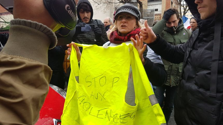 """Stop aux violences"" scandent les ""foulards rouges"" à Paris - Radio France"