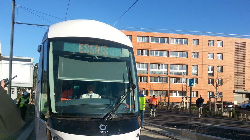 La première rame de tram circule à Avignon pour des essais.