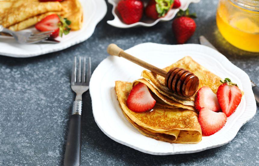 Crêpes avec fraises et miel