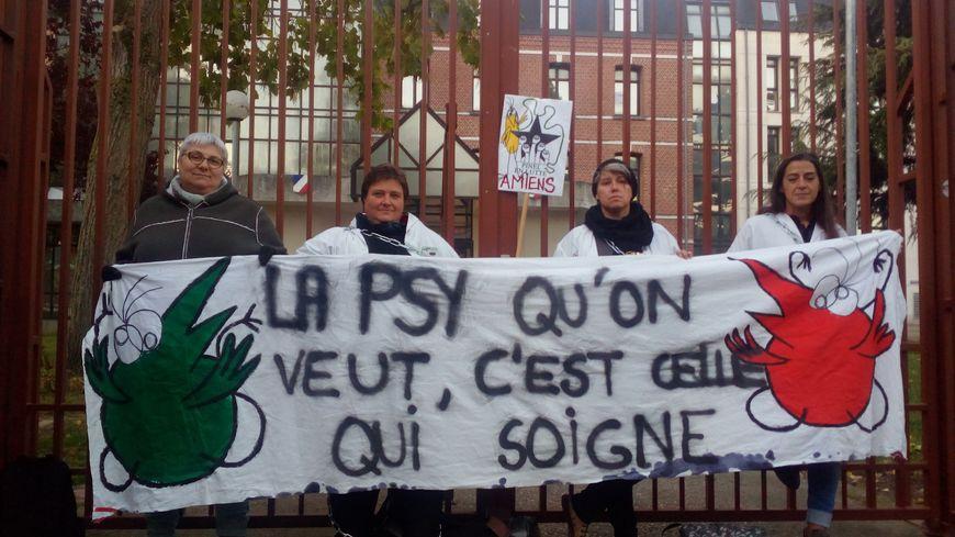 Parmi les actions menées ces sept derniers mois, des membres du personnel de l'hôpital Pinel à Amiens se sont enchaînés aux grilles de l'ARS