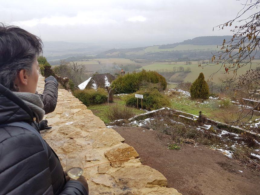 Le caveau n°8, situé en bord de village, a la particularité d'offrir une vue imprenable sur le Morvan. Idéal pour la dégustation, avec modération.