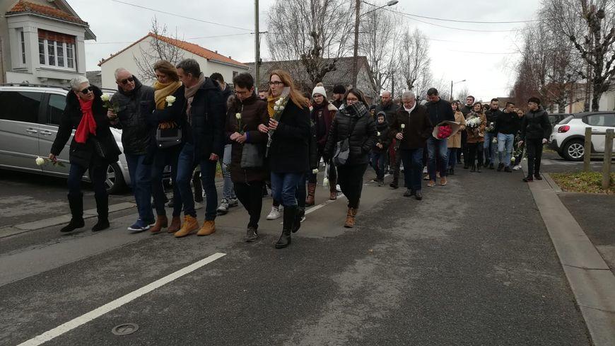 Quelques centaines de mètres à travers Saint-Julien-de-Concelles, jusqu'au lieu du drame, pour déposer des fleurs.