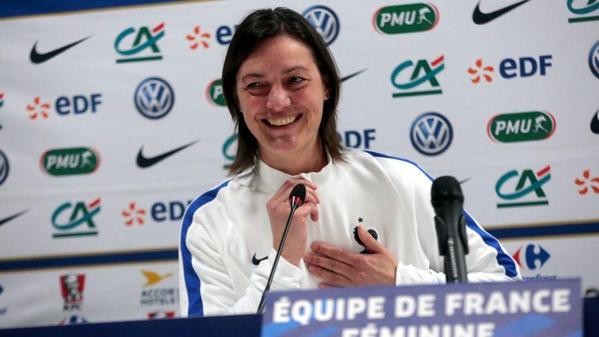 Corinne Diacre est à la tête de l'équipe de France féminine.