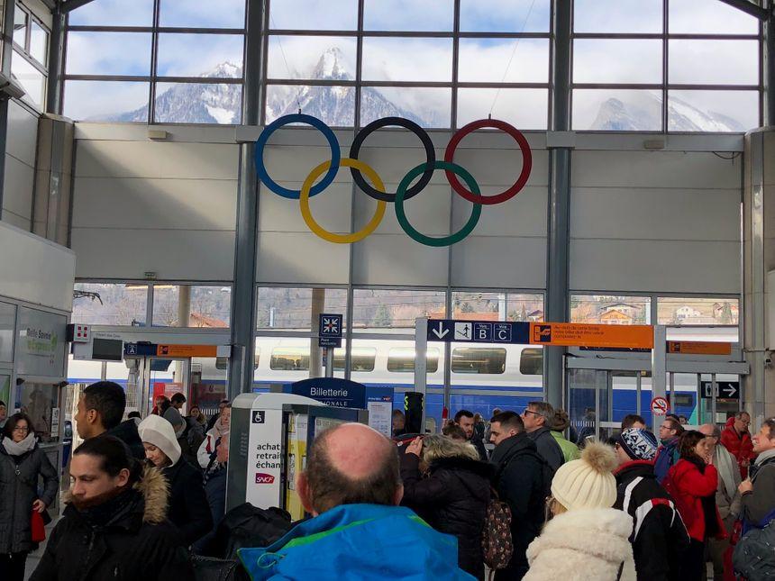 Les voyageurs attendent en gare d'Albertville. Plusieurs heures de retard sont à prévoir.