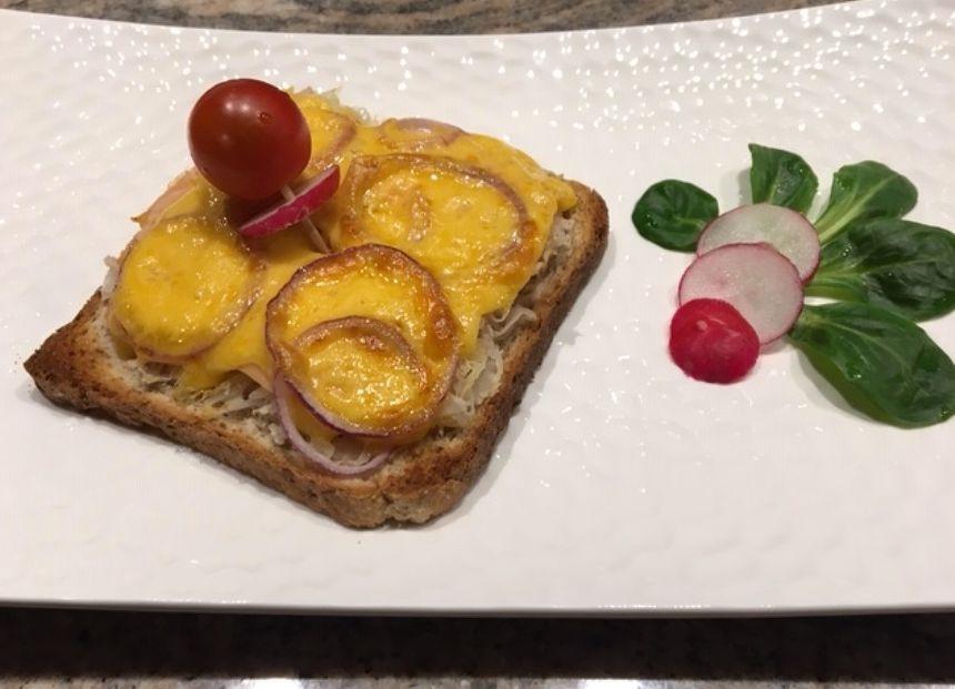 Toast à la choucroute, au saumon fuméet au cheddar