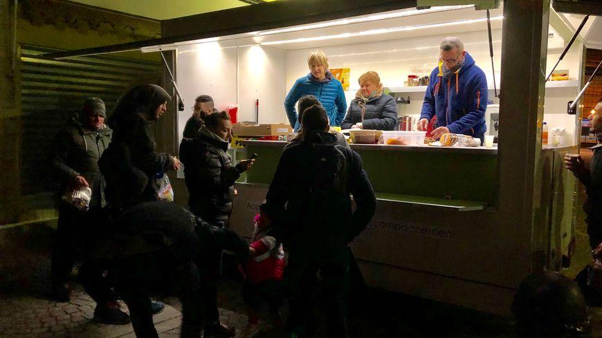 """Le camion de l'association """"Entraide et solidarité"""" est posté derrière la gare de Tours chaque lundi, mercredi et vendredi soir, pendant l'hiver."""