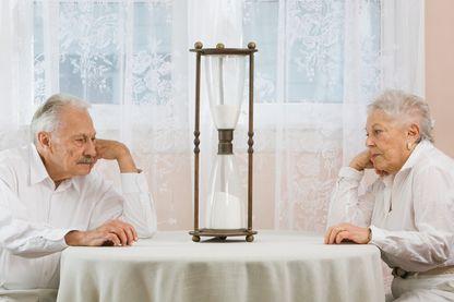 Un couple regardant le temps passer.
