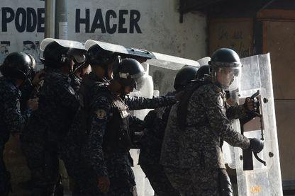 Venezuela  Affrontements entre la police anti-émeute et des manifestants antigouvernementaux dans le quartier de Los Mecedores, à Caracas, le 21 janvier 2019.