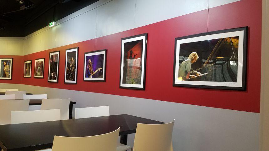 Des photos d'artistes passés à Malraux dans la cafétéria.