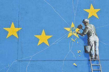 Peinture murale du street-artist britannique Banksy à Douvres, dans le sud de l'Angleterre, le 7 janvier 2019, montrant un ouvrier en train de retirer une étoile du drapeau européen avec le Brexit.