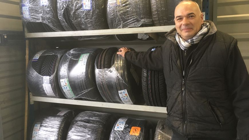 Patrice Giubelli, gérant du centre de montage de pneu Technic Pneu à Pamiers constate que les automobilistes s'y sont pris à l'avance cette année.