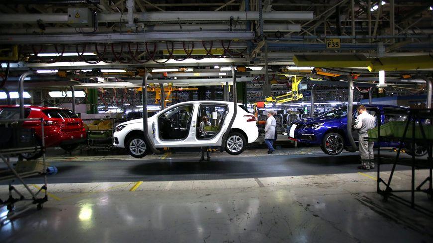 Des Peugeot 308 sur la chaîne de montage de l'usine du constructeur automobile PSA de Sochaux en octobre 2017.