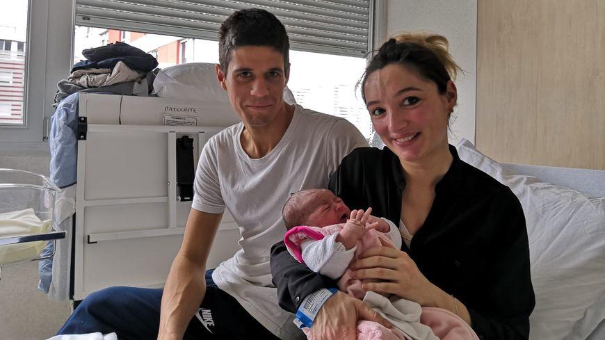 Orianne est le premier enfant d'Indre-et-Loire de l'année 2019. La petite fille, entourée de son papa Antoine et de sa maman Céline, est née le 1er janvier à 00h01.