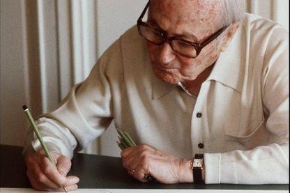 """Photo prise le 11 juillet 1981 du peintre catalan Joan Miro, âgé de 88 ans, devant l'une de ses dernières lithographies """"Espana"""" à Saint-Paul-de-Vence"""