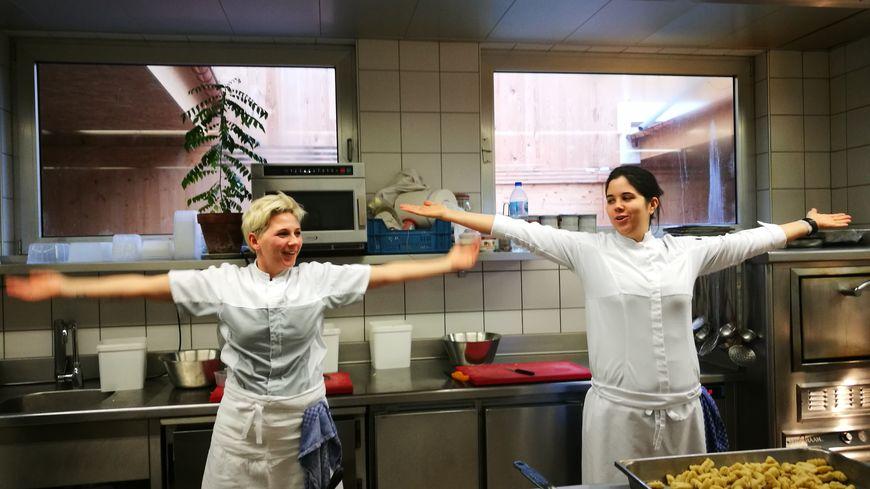 Deux cuisinières de l'équipe de l'Auberge Saint-Walfrid s'entraînent au «clapping» pour Matthieu Otto