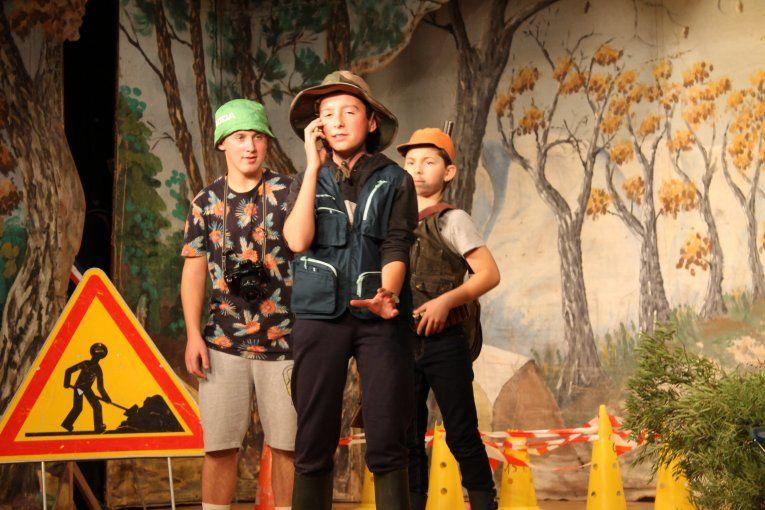 """Les élèves de la troupe de théâtre Li pinto-gàbi, du collège A. Malraux de Mazan dans la pièce """"La cledo""""."""