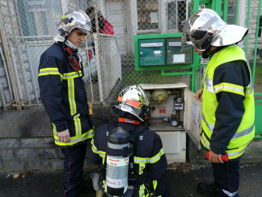 Les pompiers et les services de GRDF procèdent à des vérifications devant l'école