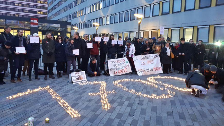 Une cinquantaine de personnes réunies devant le siège de la MEL jeudi matin
