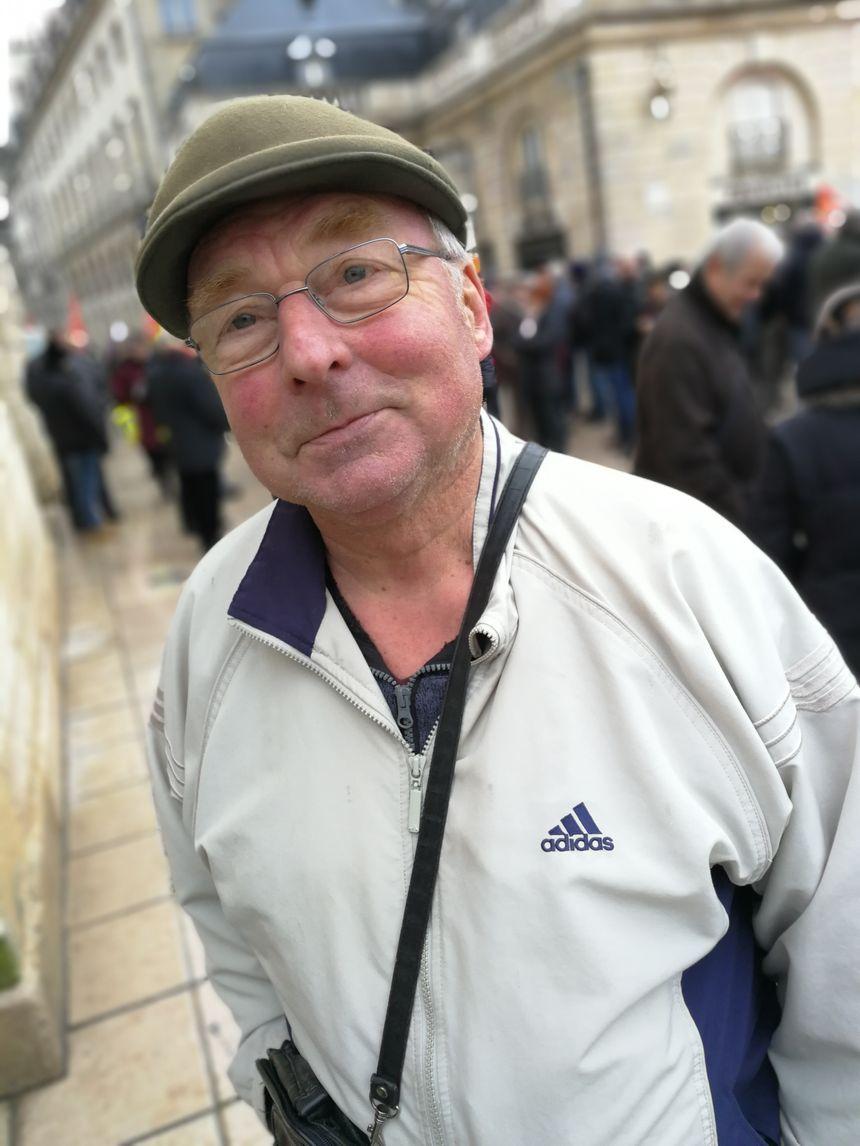 Patrick, 65 ans, était carreleur. Il a débuté sa carrière à 14 ans et gagne 1 300 euros par mois à la retraite. La hausse de la CSG a amputé ses revenus et ceux de sa femme de 100 euros par mois.