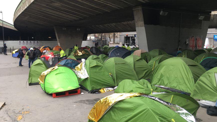 Plusieurs centaines de migrants dorment sous le pont de la Porte de la Chapelle depuis plusieurs mois à Paris.