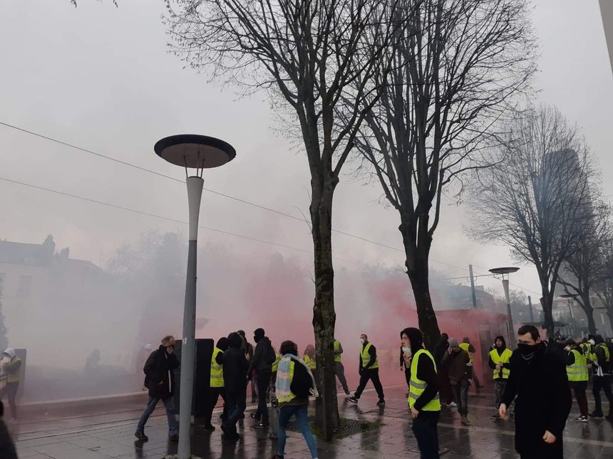 Premiers tirs de gaz lacrymogènes devant la préfecture de Nantes.