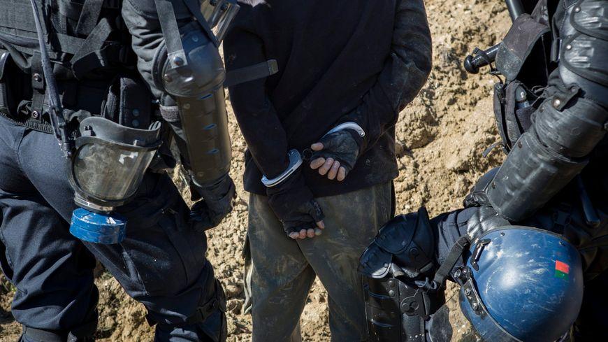 La grenade lancée par le gendarme dans la caravane avait déchiqueté la main de la jeune femme.