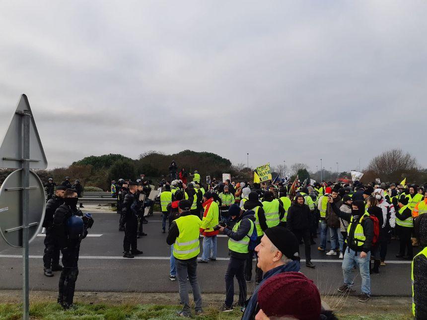 Face-à-face entre gendarmes mobiles et gilets jaunes