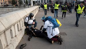 """Un homme à terre, blessé par un tir de flashball le 19 janvier dernier à Lyon au cours d'une manifestation des """"gilets jaunes""""."""