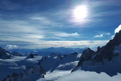 Au sommet de l'Aiguille du Midi, la vue imprenable sur le mont blanc.
