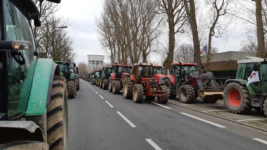 Une centaine d'agriculteurs et plus de 70 tracteurs sont venus soutenir Pascal Butez, devant la sous-préfecture de Calais.